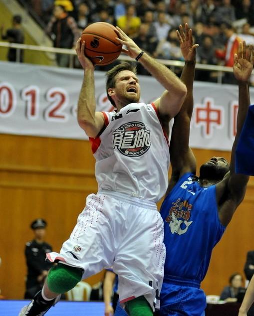 兰多夫38分25板,佛山加时胜上海