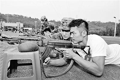林丹到新兵连练习射击,端起枪有模有样