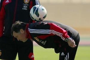 国足沙特首训,卡马乔表演花式足球