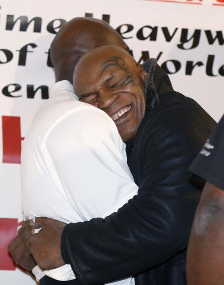 泰森拥抱霍利菲尔德泯恩仇:我爱他