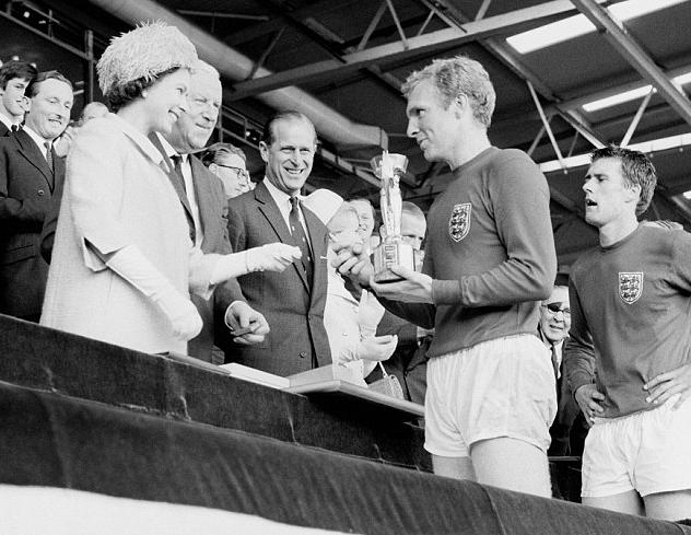 博比-查尔顿:博比-摩尔是英国足球的象征
