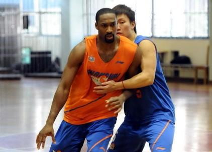 上海后卫:训练中阿里纳斯就是一名教练