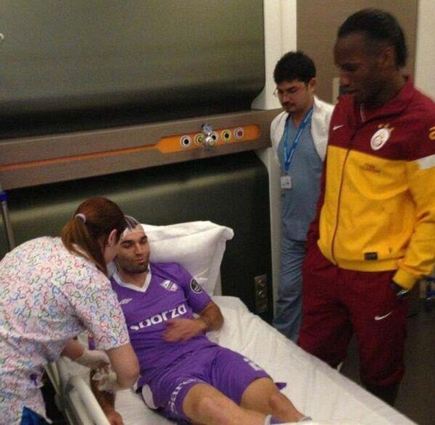 德罗巴前往医院看望被自己撞伤的球员