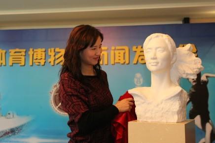 徐莉佳向上海体育博物馆捐赠夺冠帆船