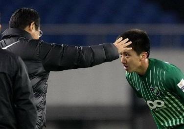 高迪打入绿城首球后鞠躬感谢冈田