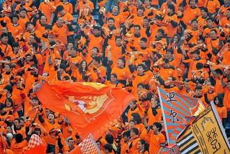 三百国安铁杆征汉,卓尔球迷:橙色淹没他们