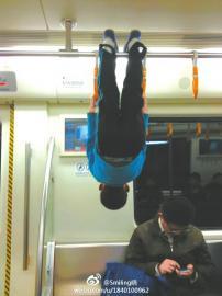 少年成都地铁练吊环倒挂金钟