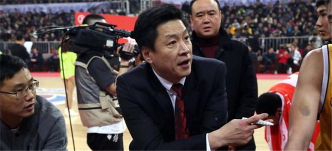 cba李春江近况_CBA总决赛啦啦队热舞助阵李春江淡定挖鼻屎
