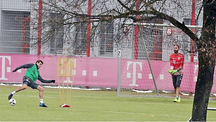 期待摆脱困境,拜仁球星穆勒加练射门