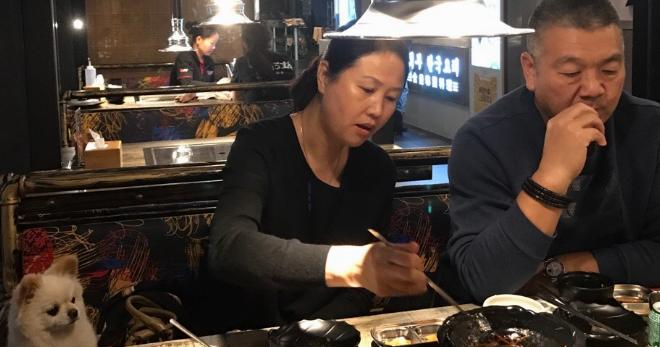 孟铎忙里偷闲陪爸妈吃韩国料理