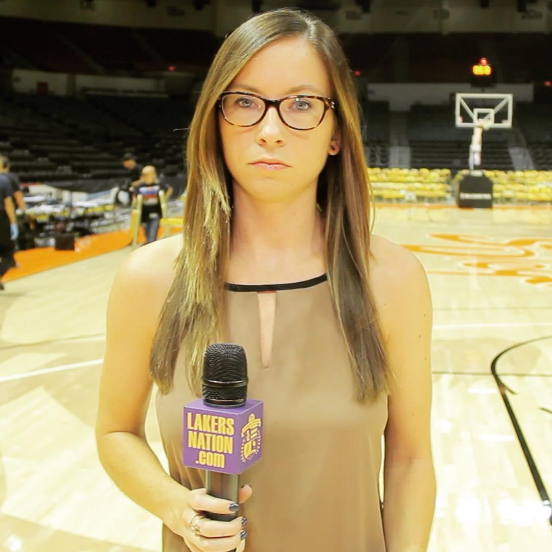 女记者用表情形容观看湖人比赛的心情