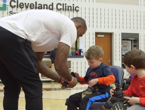 詹姆斯向克利夫蘭兒童醫院的孩子們分發新版戰士10