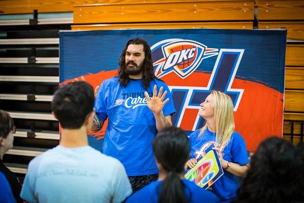 亞當斯參加當地課外教學活動,與學生進行交流