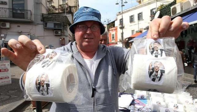 仇视,那不勒斯球迷将伊瓜因照片印在卫生纸上