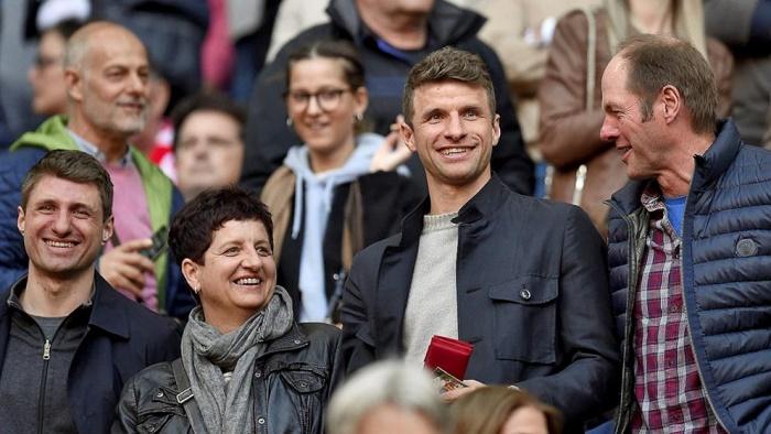 其乐融融!穆勒陪伴家人现场观看拜仁比赛