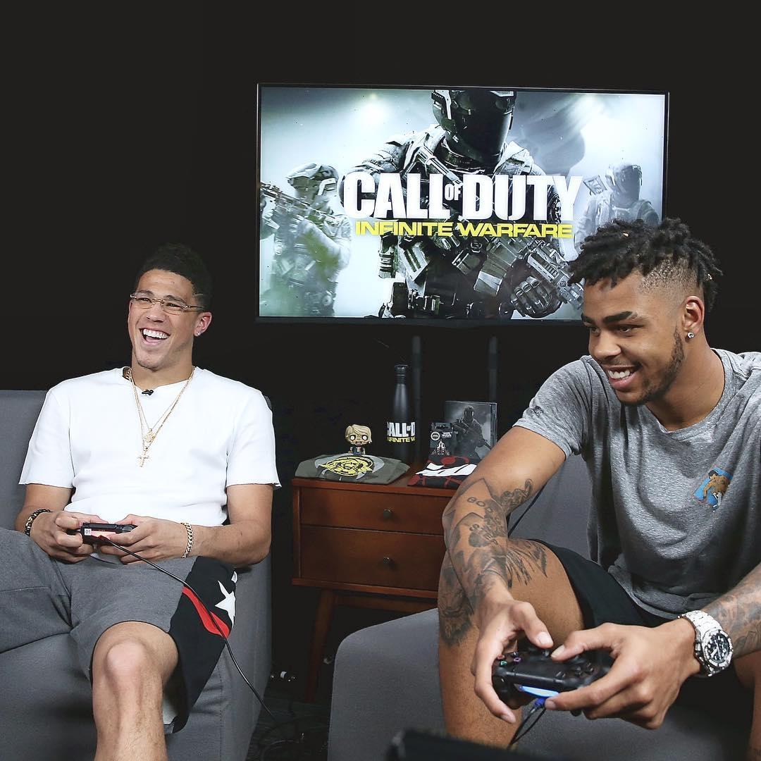 布克与拉塞尔玩电子游戏:昨天玩得很开心