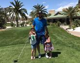 父女时刻!法马尔带着两个女儿打高尔夫