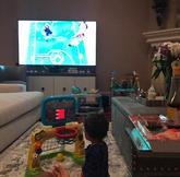 生活惬意!巴图姆带着女儿观看季后赛直播