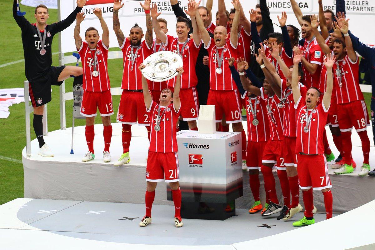 GIF:德甲联赛五连冠,拉姆高举冠军银盘