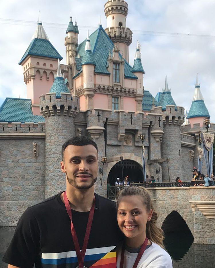 小南斯晒自己和女友游玩迪士尼时的合影