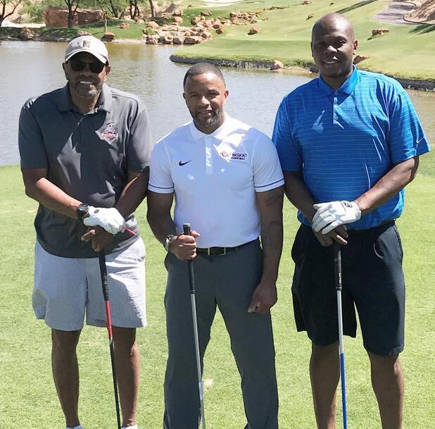威尔斯与霍林斯和达蒙-斯塔德迈尔打高尔夫