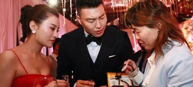 北京队赠送李根一对CBA总冠军翡翠纪念玉牌