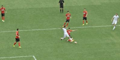 GIF:范云龙禁区内被铲倒,裁判示意先铲到球