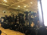 声势浩大!鲍尔的湖人新发布会摆满摄像机