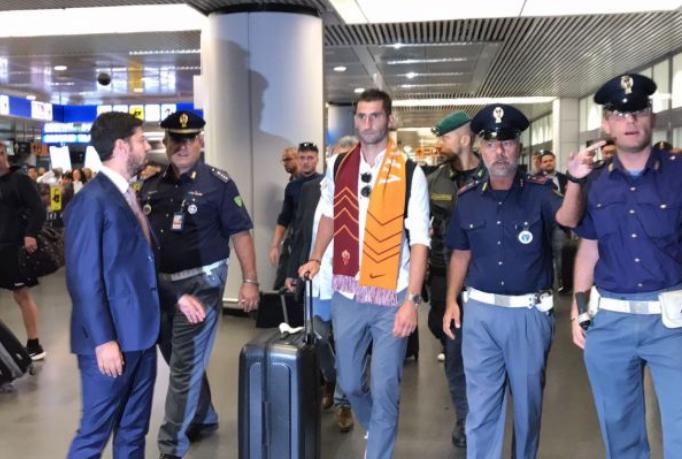 即将签约,里昂中场戈纳隆抵达罗马机场