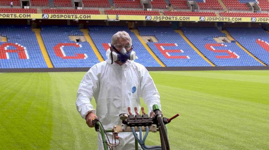 水晶宫使用大蒜液维护主场草坪治理虫害