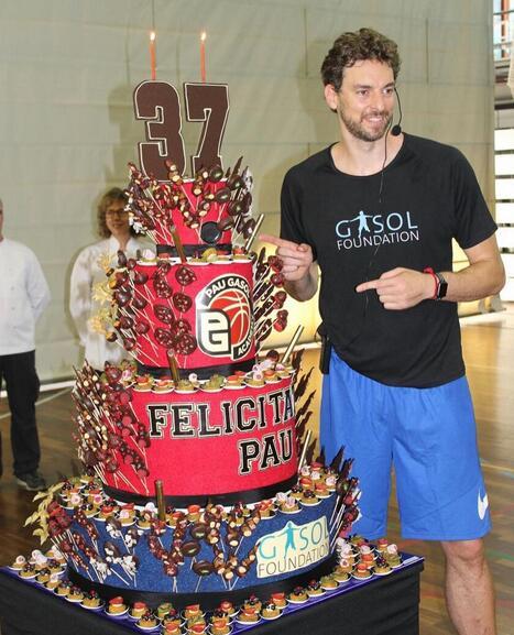 加索尔生日晒照,巨大蛋糕抢镜