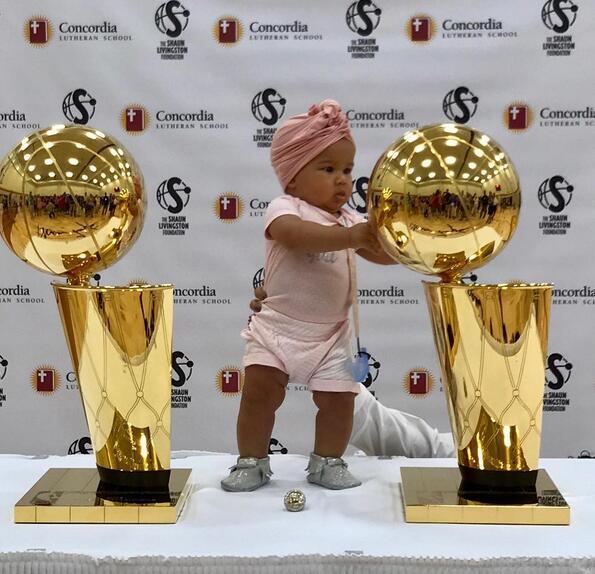 利文斯顿晒自己女儿与总冠军奖杯的合照