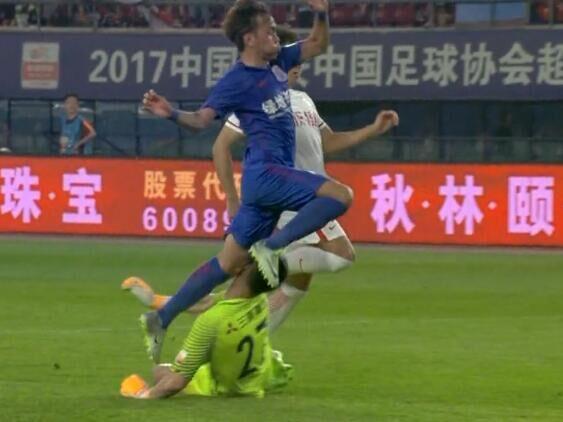 GIF:意外!李帅封出王晓龙单刀后与王林相撞受伤