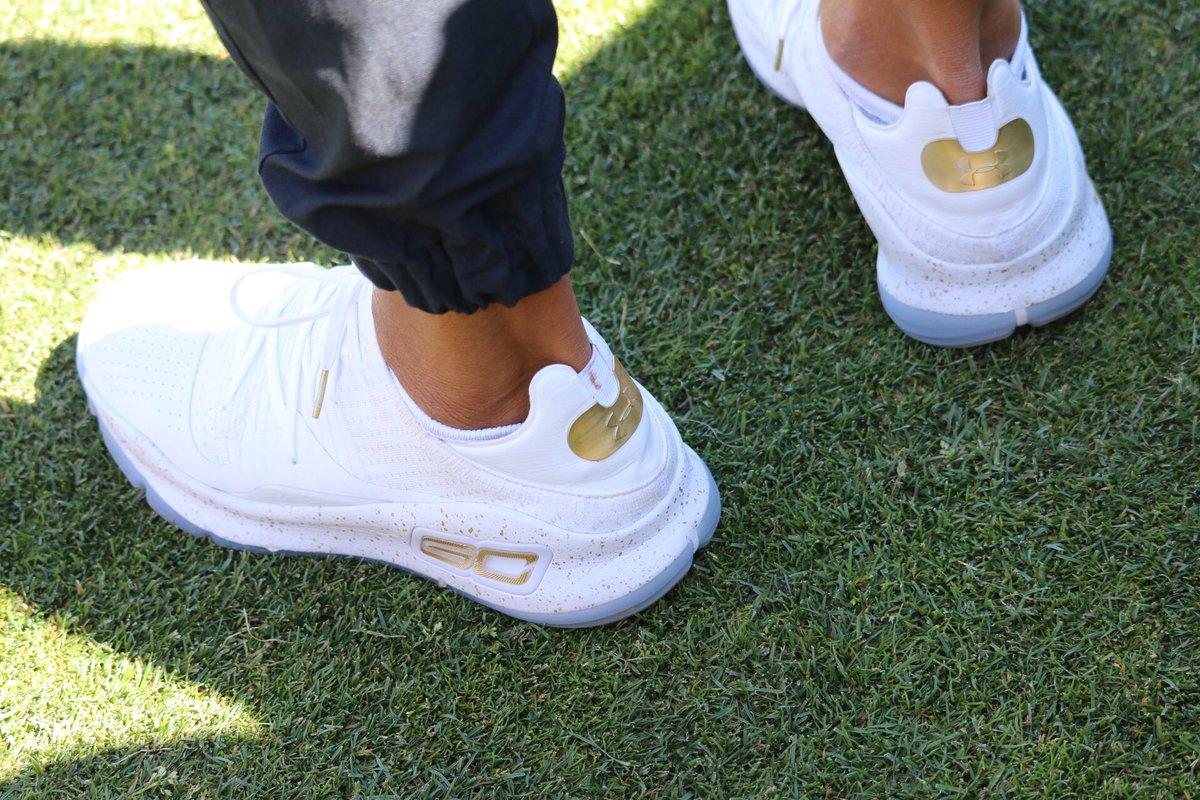 库里在世纪名人高尔夫赛上穿上库里4代低帮球鞋