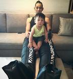 林书豪与自己的侄子一起玩耍,腿上恢复仪器抢镜
