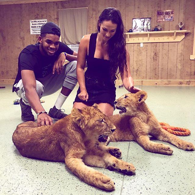 和諧共處!唐斯攜女友與兩隻小獅子玩耍