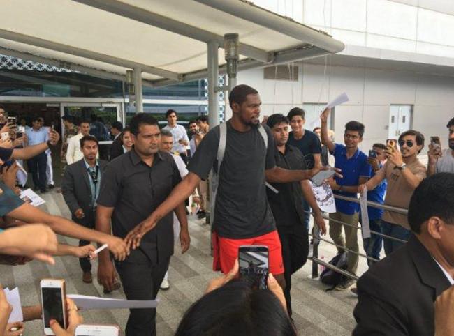 杜蘭特抵達印度德裡,受到當地球迷熱烈歡迎