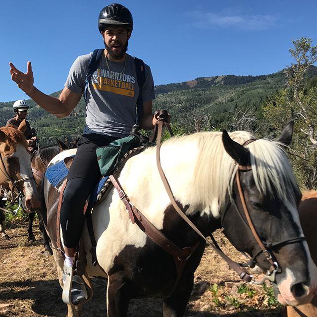 心情不錯,麥基身穿勇士的T恤騎馬遊玩