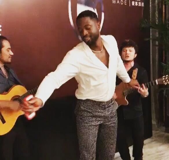化身歌手?韋德在中國參加活動時又唱又跳