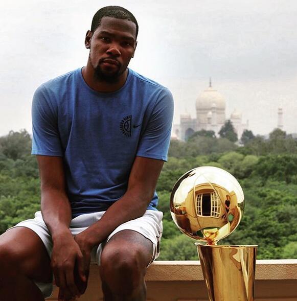 杜蘭特帶著總冠軍獎杯來到泰姬陵
