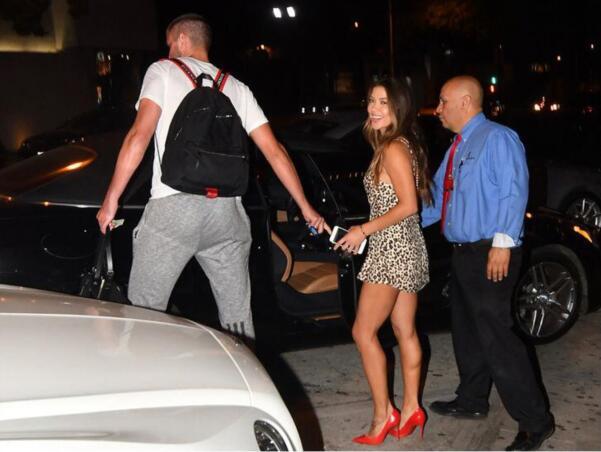 帕森斯和UFC舉牌女郎一同出現在洛杉磯