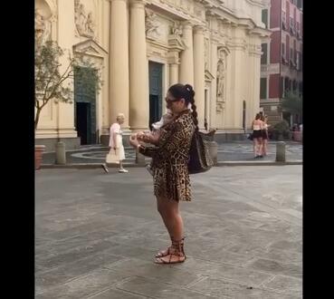 濃濃的母愛!瓦妮莎抱著小女兒在意大利逛街