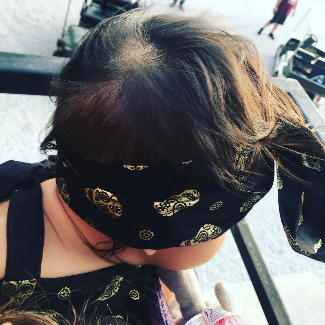 邓肯女友晒女儿照片:为她乐的赛车赛助威呢!