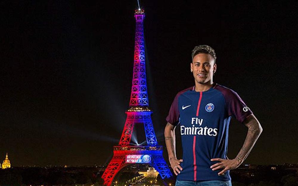 在埃菲尔铁塔前留影,内马尔:我很感动,谢谢你巴黎