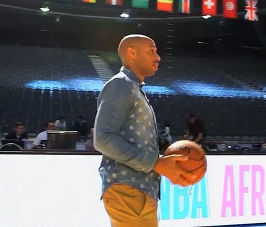 足球明星亨利参加NBA非洲行时命中一记远投