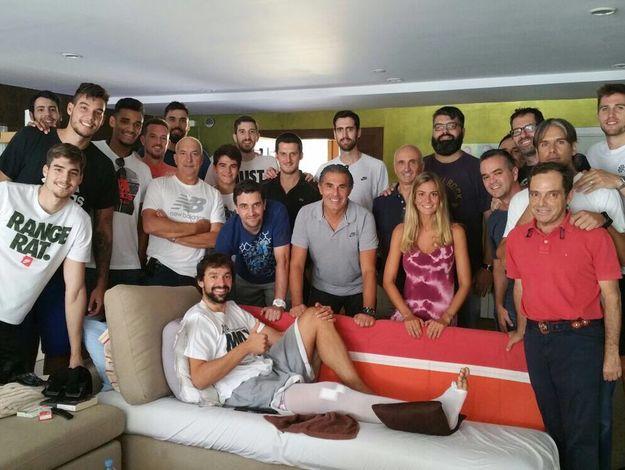 西班牙男籃球員和教練集體看望受傷的尤伊