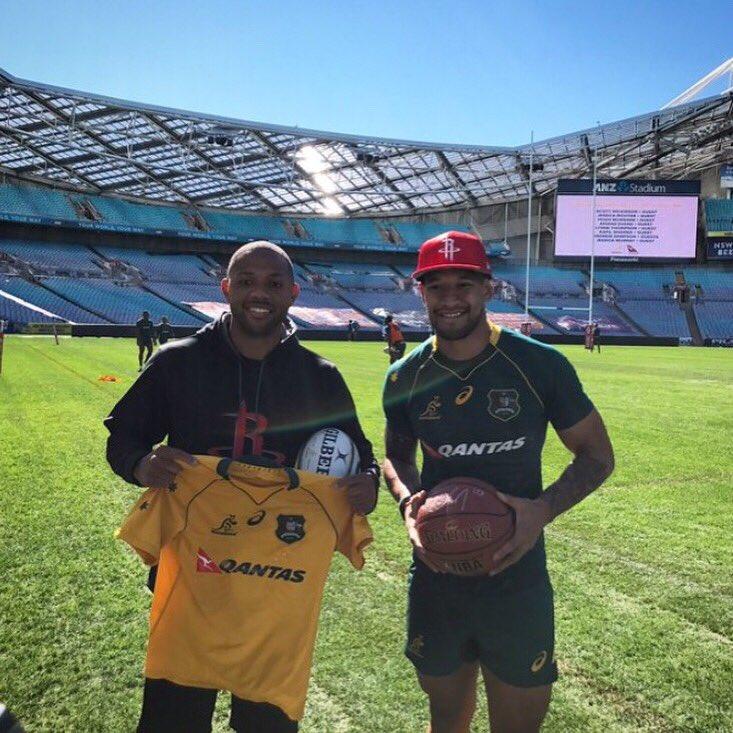 埃裡克-戈登拜訪澳大利亞橄欖球隊並與隊員合照