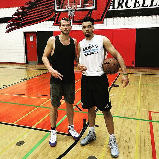 斯陶斯卡斯和灰熊新秀狄龍-佈魯克斯一起訓練