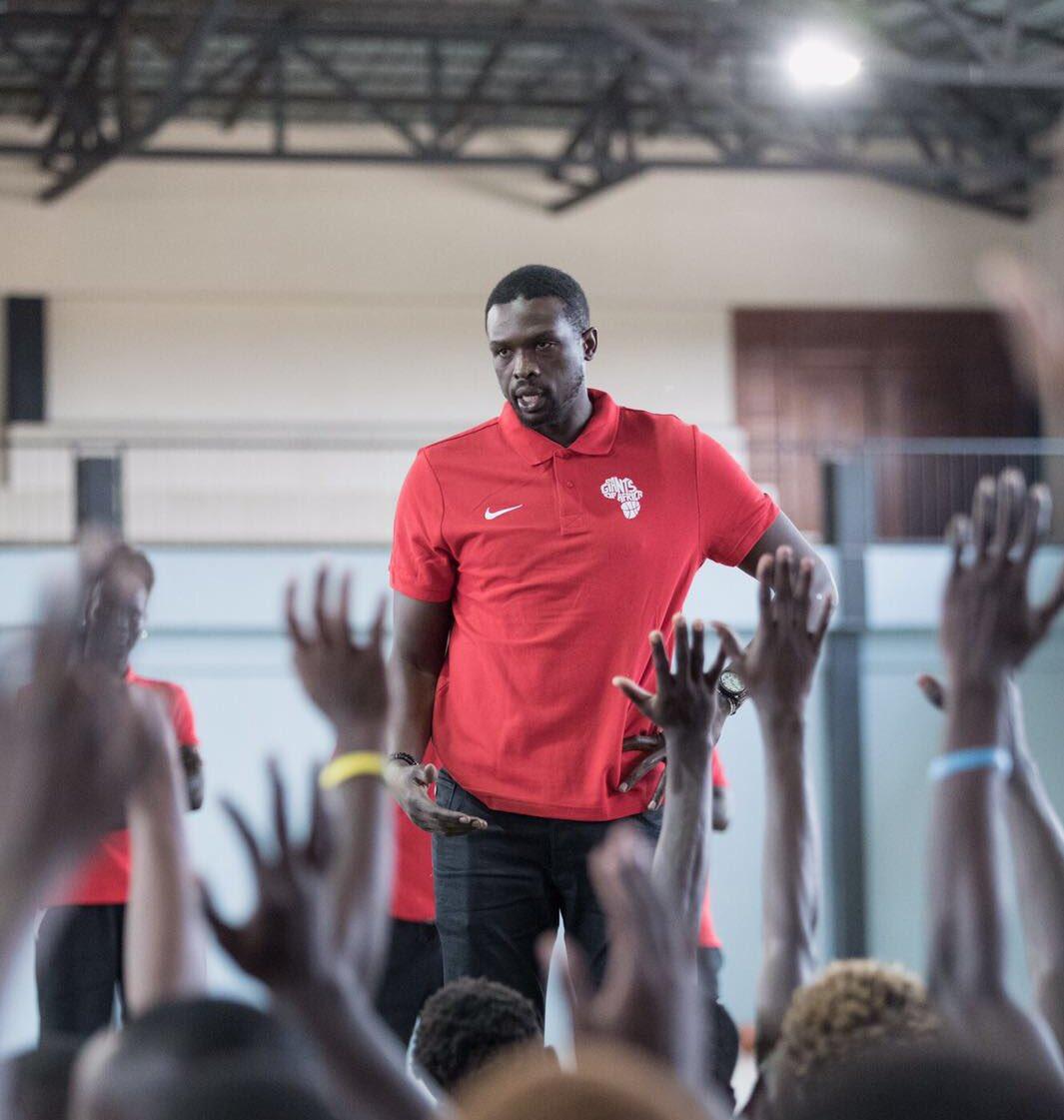 洛爾-鄧在肯尼亞參加籃球公益活動
