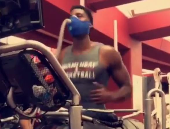 努力!懷特塞德帶氧氣面罩進行跑步機訓練